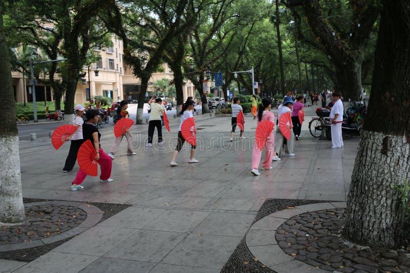 Китайские женщины танцуя публично стоковые изображения rf