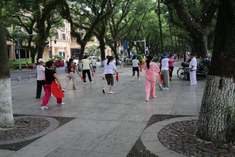 Китайские женщины танцуя публично стоковое фото rf