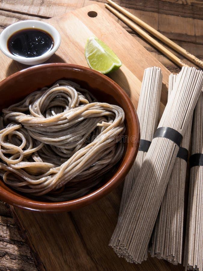 Китайские лапши гречихи сырцовые и сваренные в шаре стоковые фотографии rf