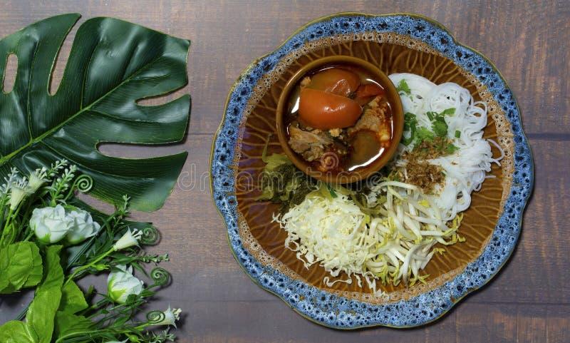 Китайские лапши с северным супом томата карри Таиланда, Nam-Nge стоковая фотография