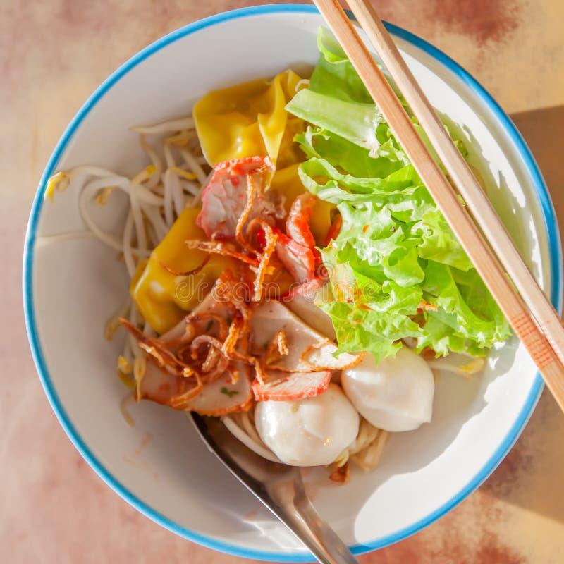 Китайские лапши яйца с шариками свинины и увольнятьый wonton в белом шаре на старой деревянной таблице стоковое изображение rf