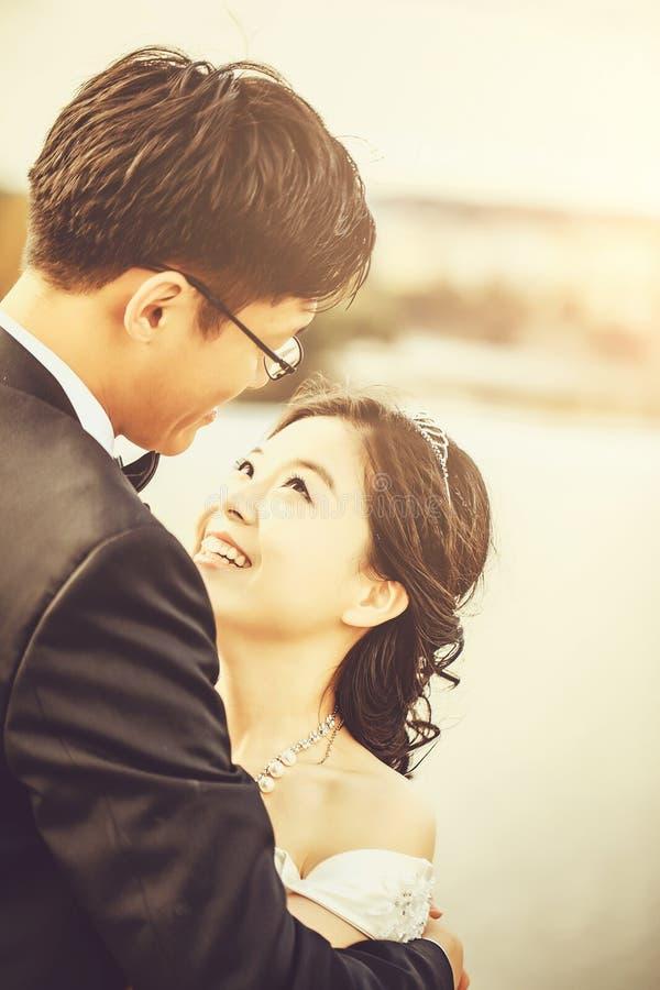 Китайские милые молодые новобрачные стоковое фото