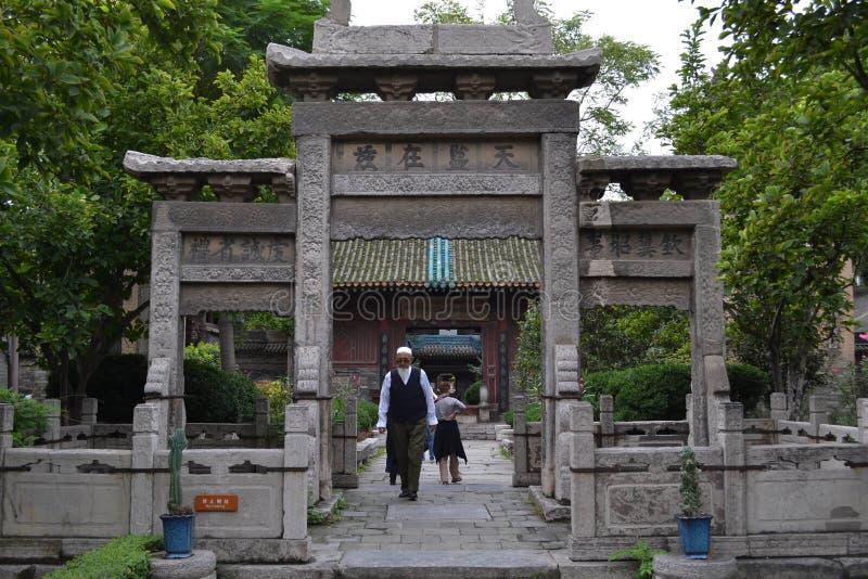 Китайские мусульмане вокруг XI ` большая мечеть, одно из большинств impor стоковая фотография rf