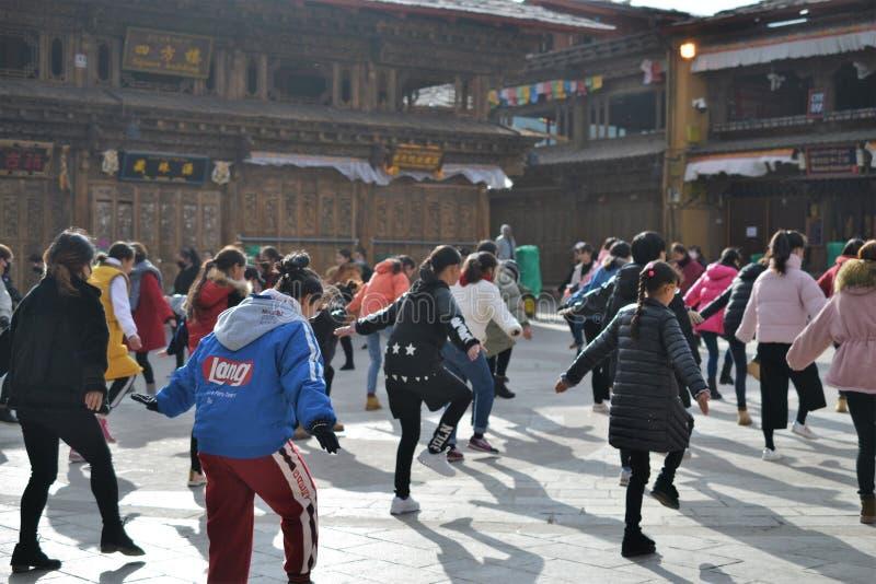 Китайские тибетские танцы девушек в старом Ла Shangri городка, Xianggelila, Юньнань, Китае стоковые фото