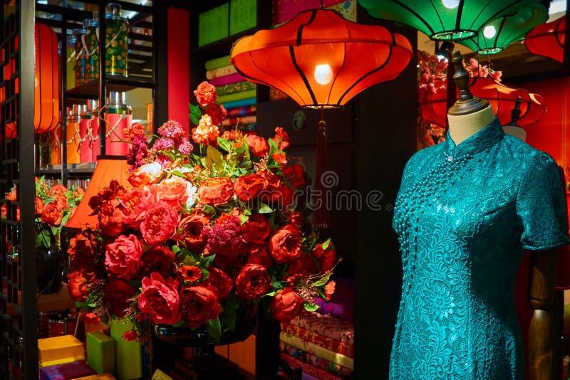 Китайские украшения бутика с манекенами и букетом цветков a стоковое изображение