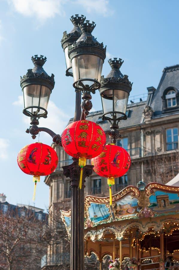Китайские фонарики вися на lampost в Париже стоковая фотография