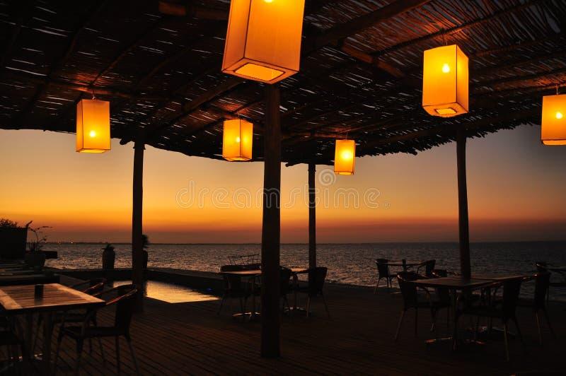 Китайские фонарики на террасе морем стоковое фото