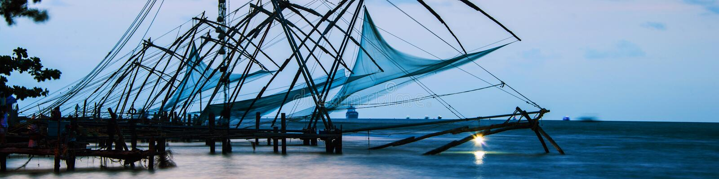Китайские fishnets в Cochin, Керале, Индии на заходе солнца Красочное облачное небо стоковое изображение rf