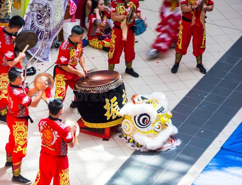Китайский барабанщик команды ` Jin Wu Koon ` выполняя на на торговом центре Haymarket для китайского торжества Нового Года стоковые фото