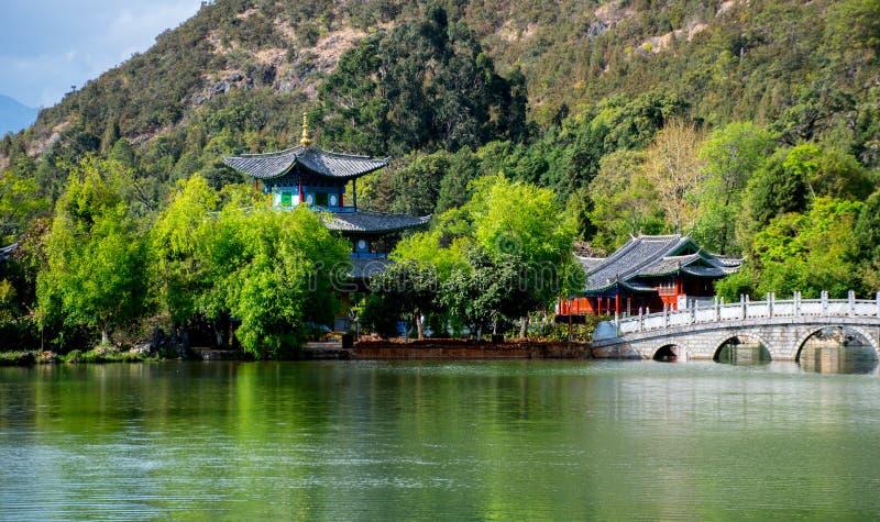 Китайский висок павильона и каменный мост с озером во фронте стоковое фото rf