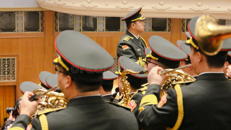 Китайский государственный гимн игры военного оркестра во время встречи парламента стоковые фотографии rf