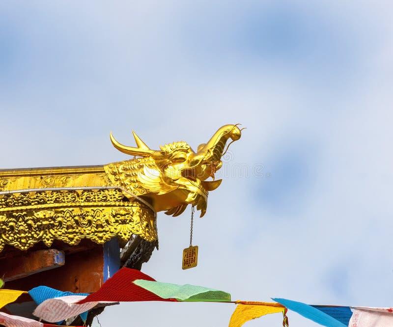 Китайский дракон на крыше стоковая фотография