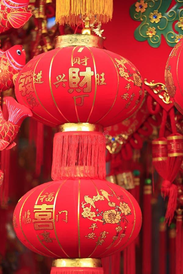 фото красные китайские фонарики в фен шуе растение было выведено