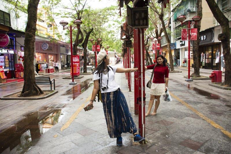 Китайский народ и женщины путешественника тайские идя посещение перемещения в уличном рынке ночи HuaQiao Xin Lu BuXingJie на Shan стоковая фотография rf