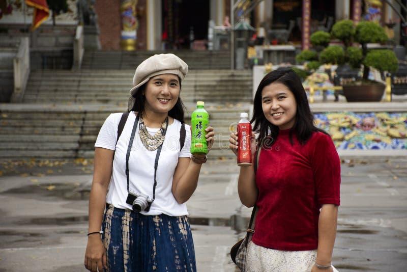 Китайский народ и женщины путешественника тайские представляя со стилем напитка китайским на саде Tian Tan виска Tiantan на Китае стоковые фотографии rf