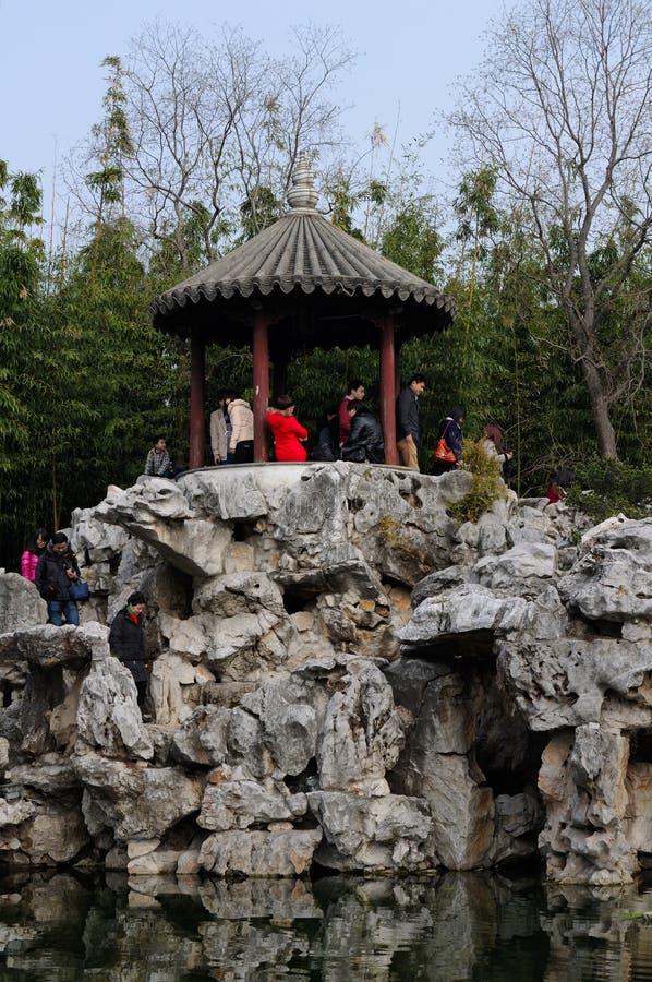 Китайский народ под газебо на садах Guyi стоковое изображение