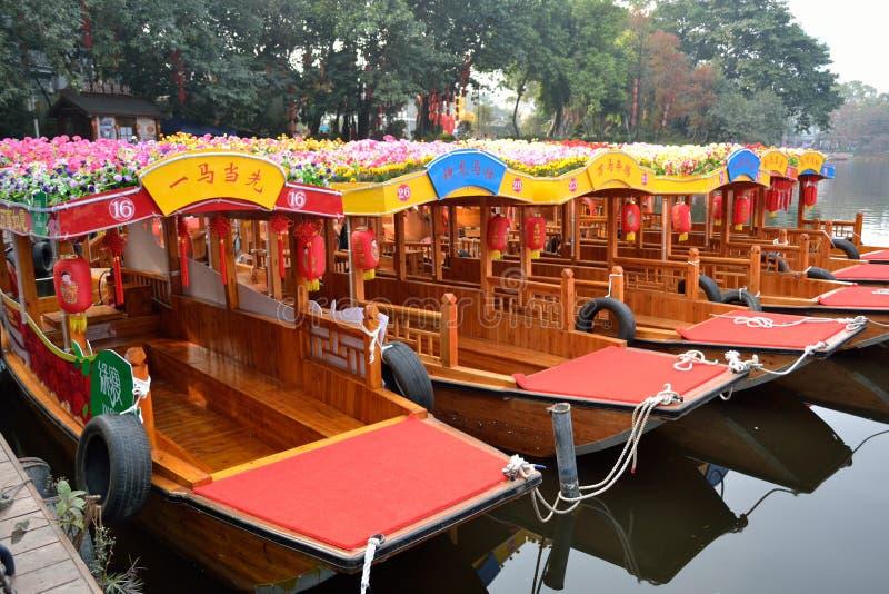 Китайский Новый Год--украшанный гирляндами корабль на воде стоковые фото