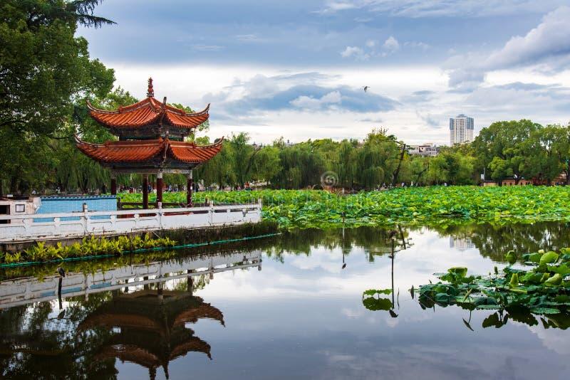 Китайский павильон отраженный в зеленом озере в Kunming стоковая фотография rf
