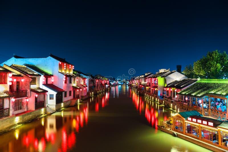 Китайский древний город с грандиозным каналом на ноче стоковое изображение