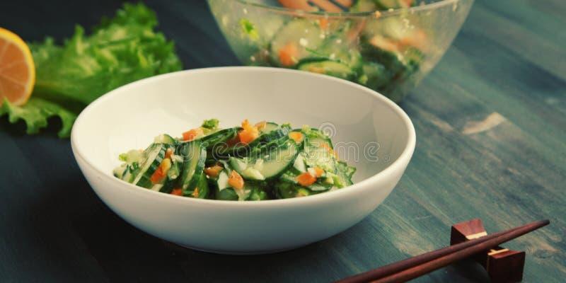 Китайский салат огурца на белом конце плиты вверх стоковое изображение rf
