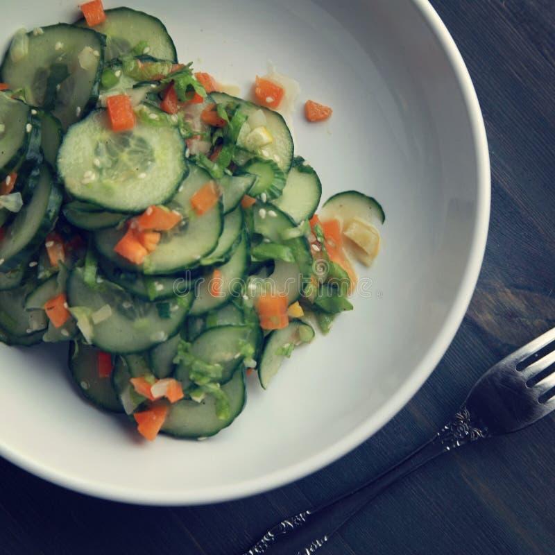 Китайский салат огурца на белом конце плиты вверх стоковые изображения rf