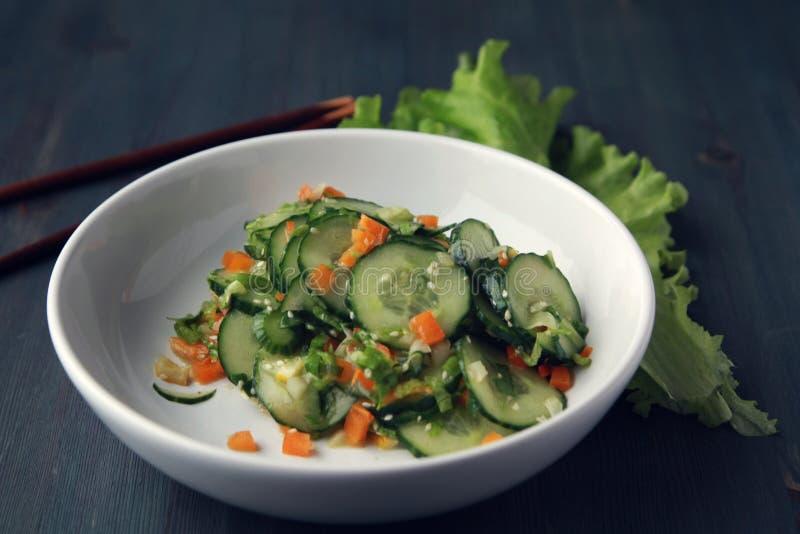Китайский салат огурца на белом конце плиты вверх стоковая фотография
