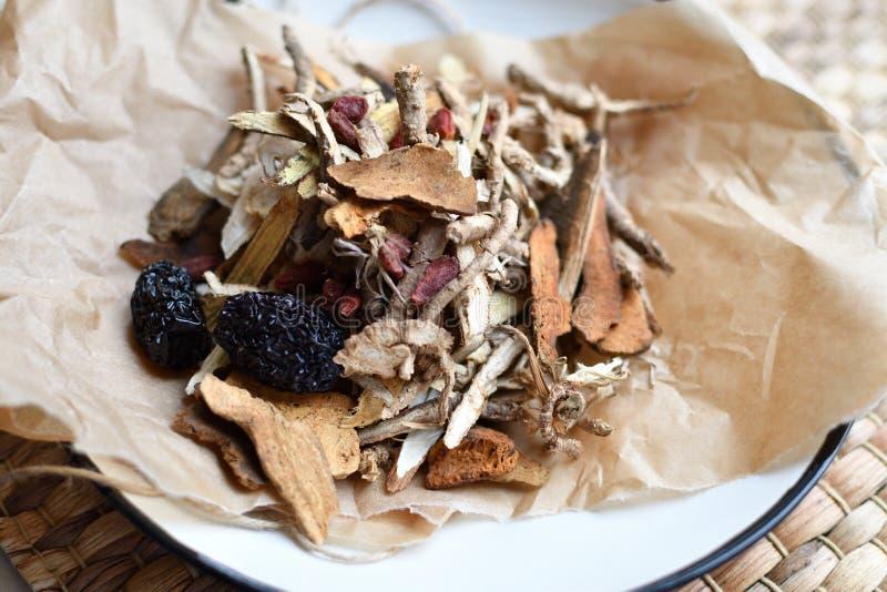 Китайский сценарий традиционной медицины Травяной чай с jujubes, ягодами goji, корнями gingseng и другими на пергаментной бумаге  стоковые изображения rf