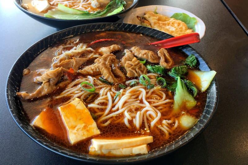 Китайский традиционный горячий и пряный суп лапшей стоковая фотография rf