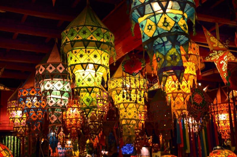 Китайский традиционный фонарик на рынке, известная старая торговая улица в Pingyao, Китае стоковое изображение rf