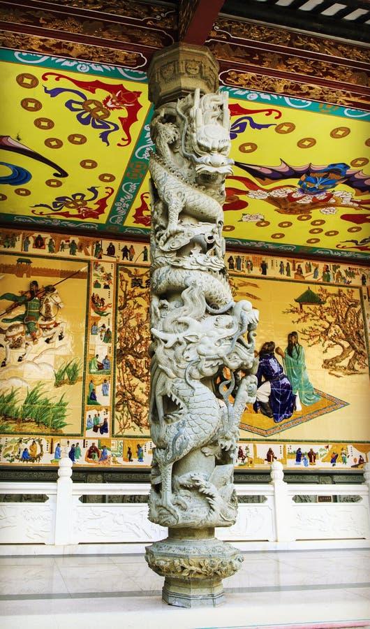 Китайский традиционный каменный штендер с классическими дизайном и картиной скульптуры дракона в восточном стиле в Китае стоковое изображение rf