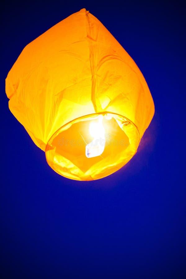 Китайский фонарик летает вверх сильно в небо стоковое изображение rf