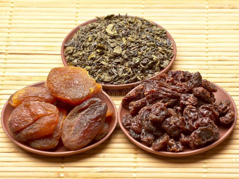 Китайский чай, и высушенные плодоовощи стоковые изображения rf