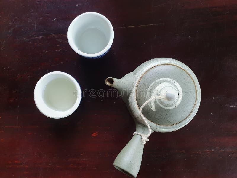 Китайский чай, приготовленный на темном розовом столе стоковое изображение