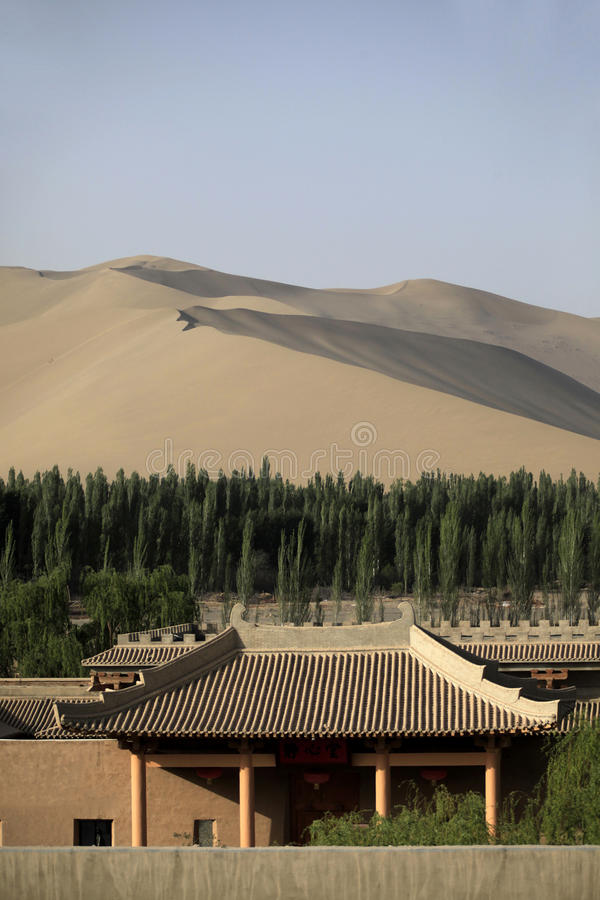 Китайское здание в пустыне стоковое фото rf