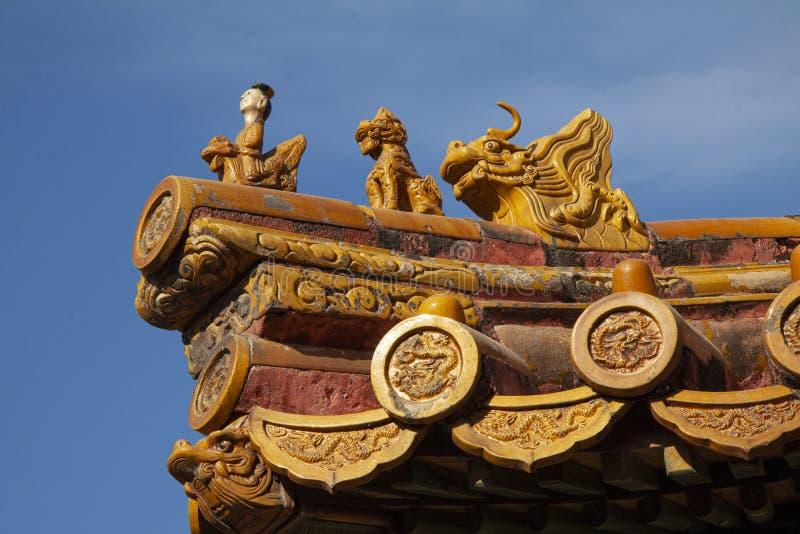 Китайское имперское украшение крыши или шармы крыши, или диаграммы крыши с императором и тварями в запретном городе в Пекин, Chin стоковые изображения rf