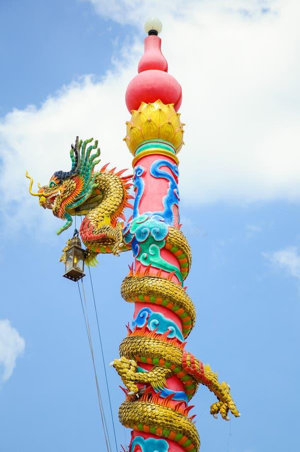 Китайское искусство статуи дракона на столбе стоковое фото rf