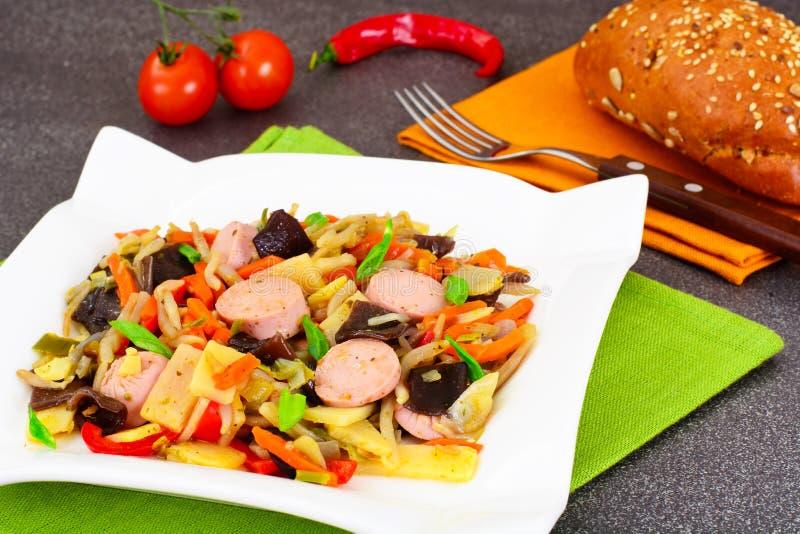 Китайское Vegetable тушёное мясо с сосиской Паприка, горохи, моркови умрите стоковые изображения