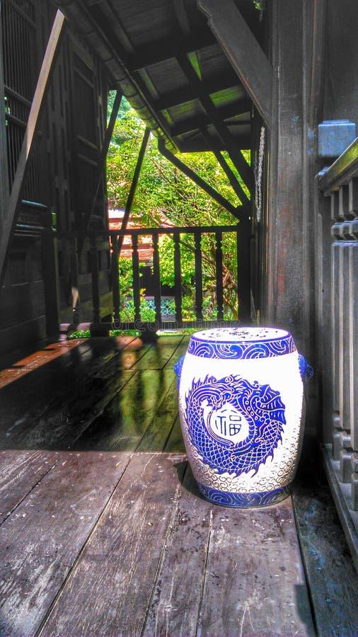 Китайцы конструируют табуретку на доме тайского стиля деревянном стоковые изображения