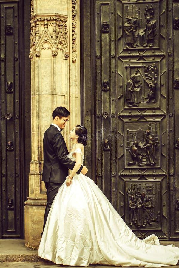 Китайцы холят и объятие невесты стоковые изображения rf