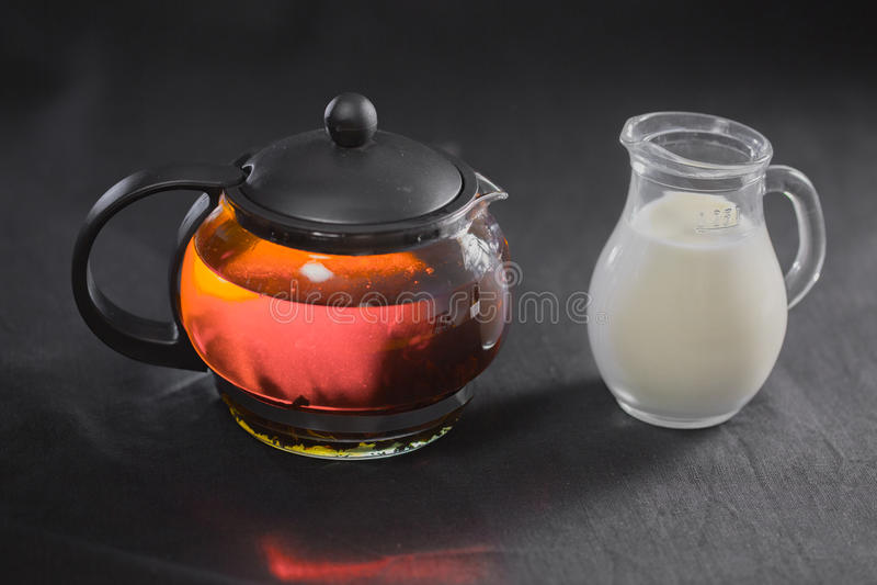 Китай зеленеет зацветая бутон чая в стеклянном чайнике Молоко в малом кувшине на b стоковая фотография rf