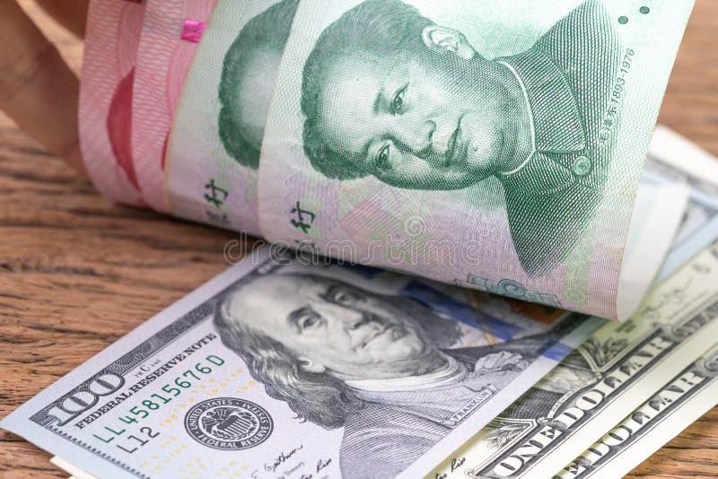 Китай и беседа торговой войны финансов США или метафора обсуждения тарифа, банкноты доллара США смотрят на до китайских банкнот ю стоковые фотографии rf