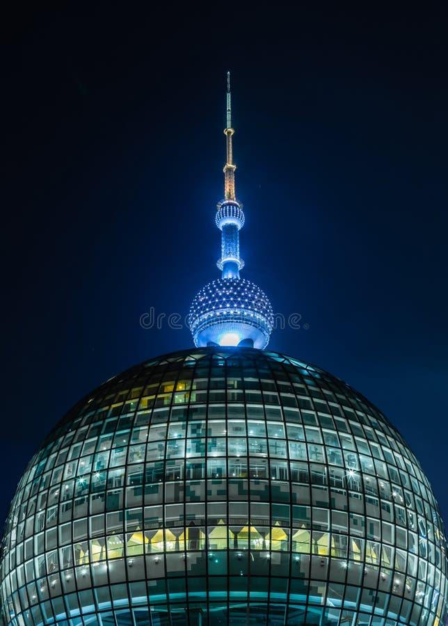 Китай, Шанхай 21-ОЕ АВГУСТА 2017: Башни жемчуга Шанхая взгляд ночи фасада восточной стеклянный стоковые изображения rf