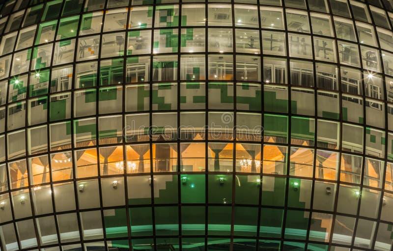 Китай, Шанхай 21-ОЕ АВГУСТА 2017: Взгляд детали фасада восточной башни жемчуга стеклянный стоковое изображение