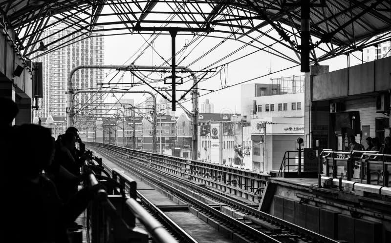 Китай, Шанхай 20-ОЕ АПРЕЛЯ 2019: взгляд железнодорожного пути метро Шанхая от стороны платформы стоковые изображения rf