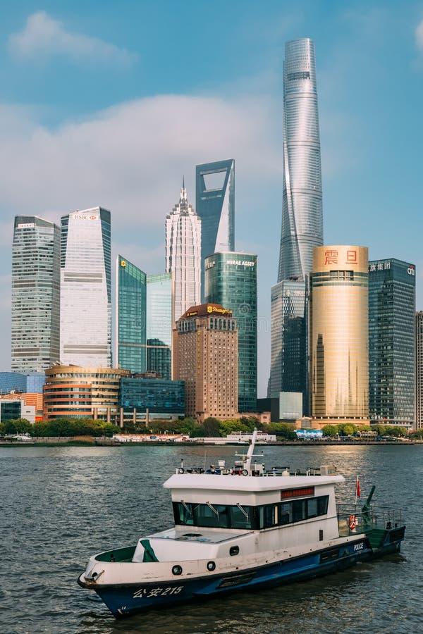 Китай, Шанхай 19-ОЕ АПРЕЛЯ 2019: ориентиры Шанхая с Рекой Huangpu в Китае стоковая фотография