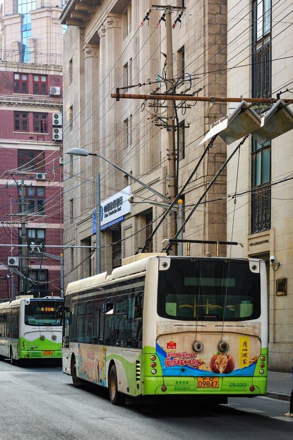 Китай, Шанхай 19-ОЕ АПРЕЛЯ 2019: Парк автобуса винтажного стиля Шанхая электрический на улице Waitan стоковое изображение rf