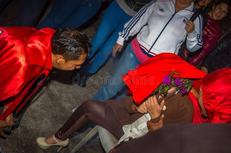 Кито, эквадор - 27-ое мая 2015: Закройте вверх неопознанного человека одеванного как дьявол в diablada стоковое фото rf