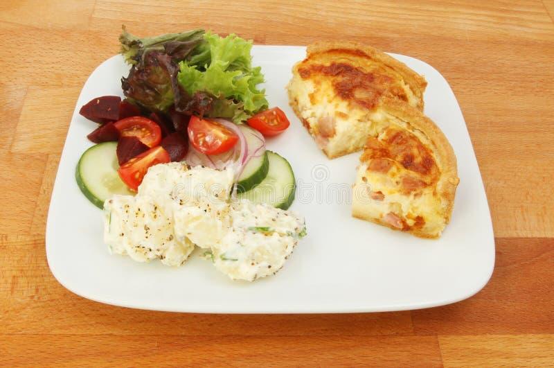 Киш и салат на таблице стоковая фотография