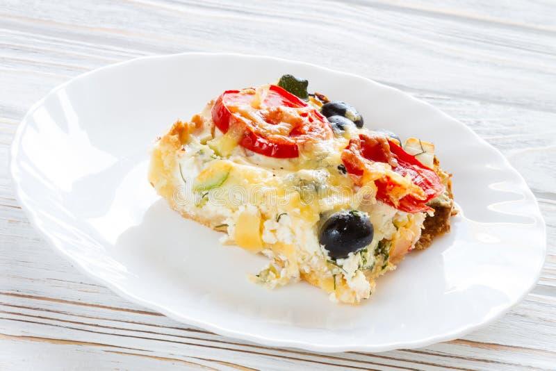 Киш с томатами, оливками и сыром фета стоковые изображения