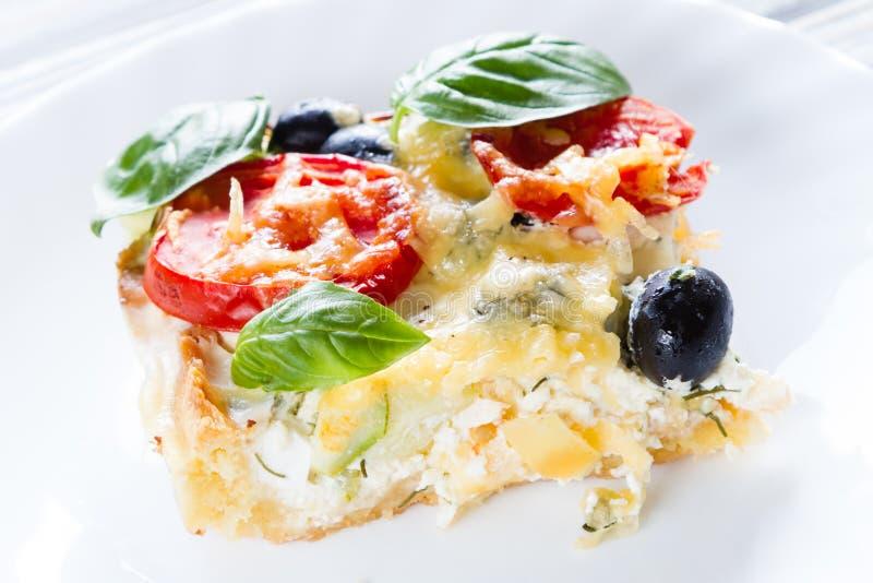 Киш с томатами, оливками и сыром фета стоковое фото rf